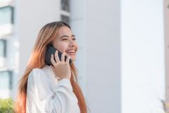 Businesswoman in casual cloth talking on mobile phone outside of Royalty Free Stock Photography