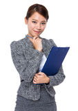 Businesswoman with clipboard and pen Royalty Free Stock Images