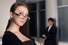 Businesswoman with collegue in office Royalty Free Stock Photography