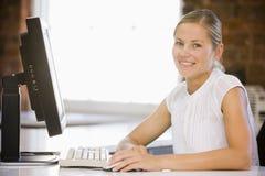 businesswoman computer office sitting Στοκ εικόνα με δικαίωμα ελεύθερης χρήσης