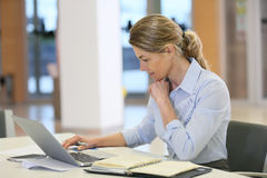 Businesswoman concentrating on work Royalty Free Stock Images