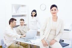 businesswoman desk sitting Στοκ φωτογραφία με δικαίωμα ελεύθερης χρήσης
