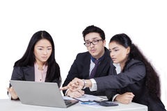 Businesswoman discussing with her team Royalty Free Stock Images