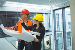 Businesswoman discussing over blueprint with an architect Royalty Free Stock Photos