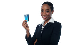 Businesswoman displaying credit card Royalty Free Stock Photos