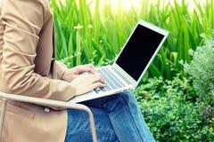 businesswoman do business gebruikscomputer uit het bureau royalty-vrije stock afbeelding