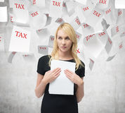 Businesswoman with document Royalty Free Stock Images