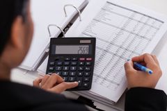 Businesswoman doing calculations Royalty Free Stock Images