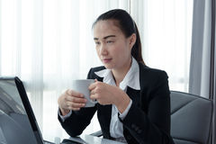 Businesswoman drinking coffee Royalty Free Stock Photos