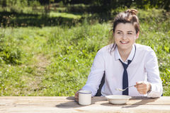 Businesswoman eats breakfast in the open air Royalty Free Stock Photography