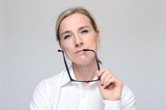 businesswoman eyeglasses thoughtful Στοκ εικόνα με δικαίωμα ελεύθερης χρήσης