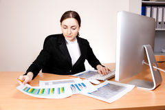 Businesswoman with financial report Royalty Free Stock Photos