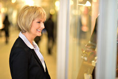 Businesswoman in front of a store window Royalty Free Stock Photography