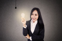 Businesswoman get light bulb Royalty Free Stock Photos