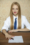 Businesswoman gives a new contract for you Royalty Free Stock Photos
