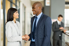 Businesswoman handshaking businessman Royalty Free Stock Photos