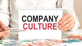 Free Businesswoman Holding A Card With Text Company Culture Royalty Free Stock Photography - 214427197