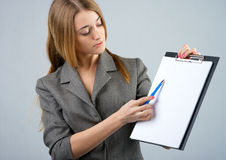 Businesswoman holding a clipboard Royalty Free Stock Image
