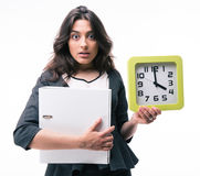 Businesswoman holding folder and clock Royalty Free Stock Photography