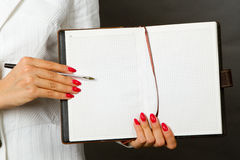 Businesswoman holding a pen Royalty Free Stock Photography