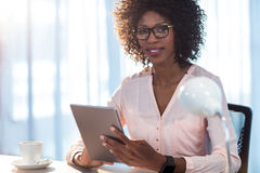 Businesswoman holding a tablet Royalty Free Stock Images