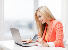 Businesswoman with laptop and credit card Royalty Free Stock Images