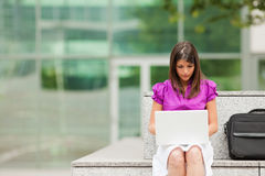 businesswoman laptop outdoors using Στοκ φωτογραφία με δικαίωμα ελεύθερης χρήσης