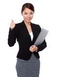 Businesswoman with laptop and thumb up Royalty Free Stock Photos