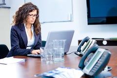 businesswoman laptop working Στοκ φωτογραφία με δικαίωμα ελεύθερης χρήσης