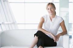 businesswoman lobby office sitting smiling Στοκ Φωτογραφίες