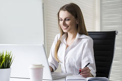 Businesswoman looking at laptop screen Royalty Free Stock Images