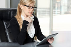Businesswoman in the office working on the tablet Royalty Free Stock Image