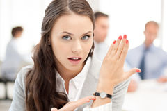 Businesswoman pointing at her watch Royalty Free Stock Photos