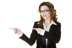Businesswoman pointing to the left. Royalty Free Stock Photography