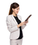 Businesswoman read tablet Royalty Free Stock Images