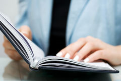 Business woman reading a book Royalty Free Stock Photography