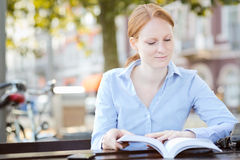 Businesswoman Reading a Book in a City Royalty Free Stock Photos