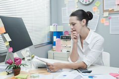 Businesswoman reading financial news Royalty Free Stock Photography