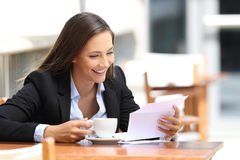 Businesswoman reading a letter in a coffee shop Stock Photography