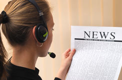 Businesswoman reading news Royalty Free Stock Images