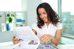 Businesswoman reading news Royalty Free Stock Photos