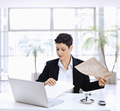 Businesswoman reading newspaper Royalty Free Stock Photos
