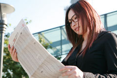 Businesswoman reading newspaper Royalty Free Stock Images