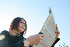 Businesswoman reading newspaper Royalty Free Stock Photography