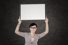 Businesswoman showing blank signboard Royalty Free Stock Photos