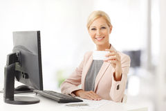 Businesswoman showing business card Royalty Free Stock Photos