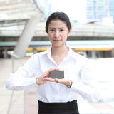 Businesswoman showing and handing a blank business card - clippi Royalty Free Stock Photography