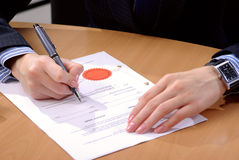 Businesswoman signing document Royalty Free Stock Photography