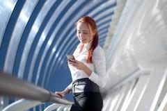 businesswoman smartphone using στοκ φωτογραφίες με δικαίωμα ελεύθερης χρήσης