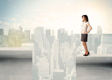 Businesswoman standing on the edge of rooftop Royalty Free Stock Images